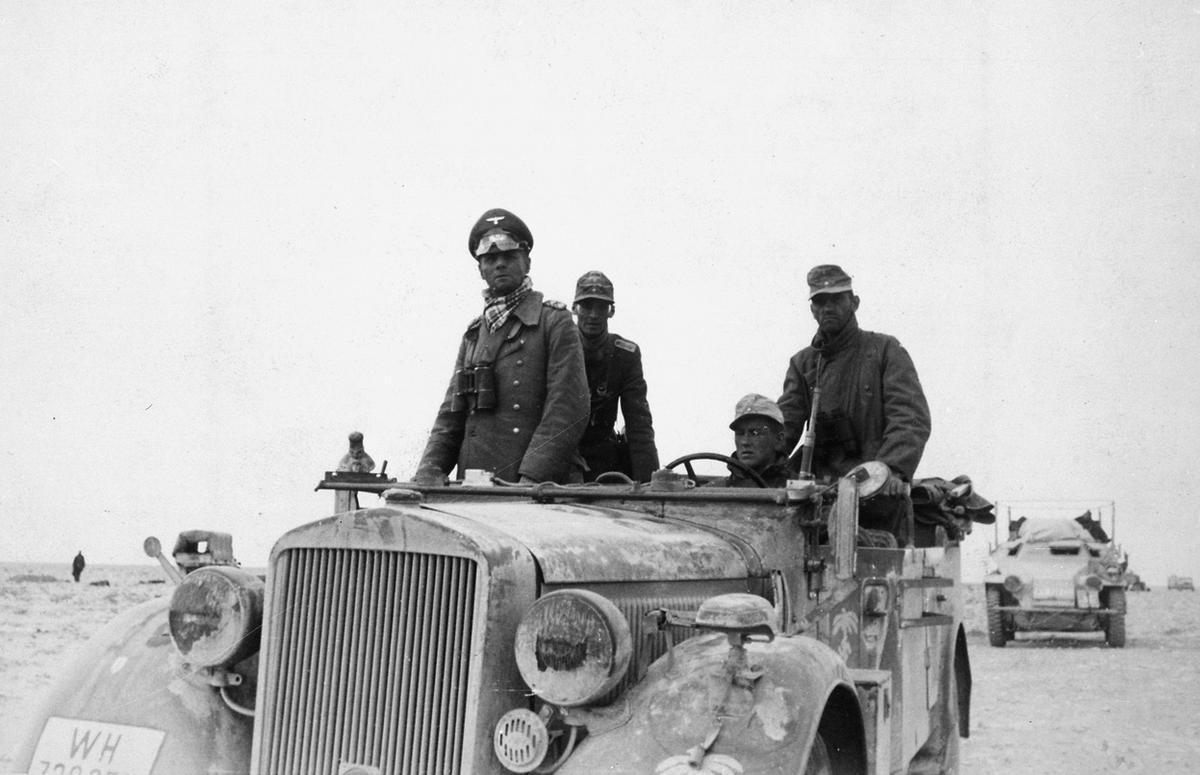 General alemán Erwin Rommel con la División Panzer 15 de entre Tobruk y Sidi Omar. Foto tomada en Libia, 1941